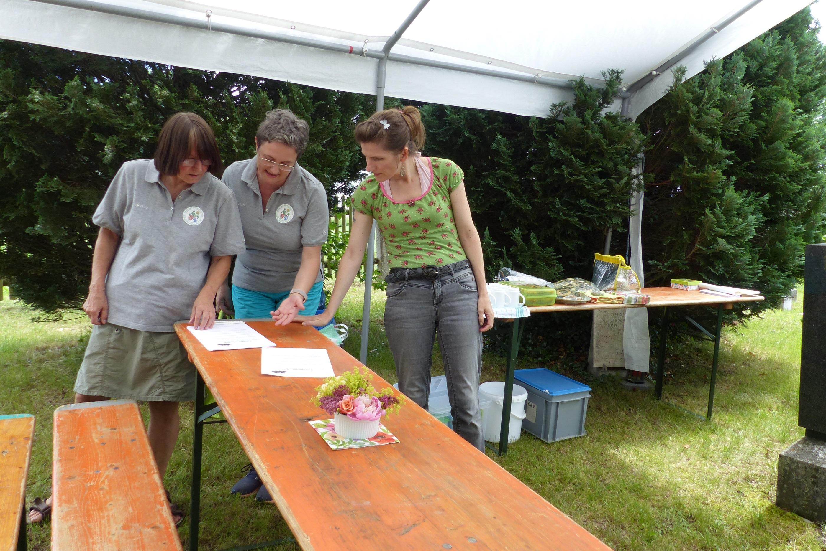 Ist Marinas (Mitte) Preisrätsel über den Rosengarten von den Gästen zu knacken?